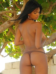 Karla Spice show the natural beauty of her body under that bikini